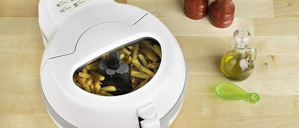 avis sur la friteuse avec une cuillere d'huile